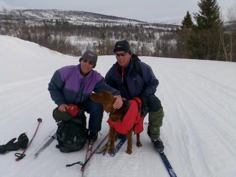 Madi fikk 4. VK på NISK avd 7 sin vinterprøve i Ålen. På bildet dommer Kjell Hansen, Madi og Tore